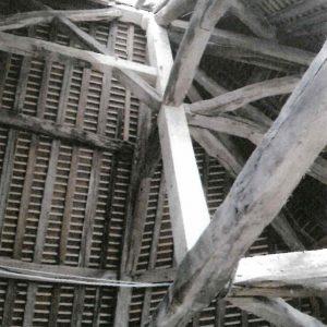 Mortaise et perçage réalisés sur l'ensemble du poinçon afin de recevoir les tenons des différents éléments de la charpente